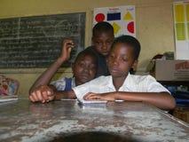 Afrikanska primära skolflickor som använder minnestavlan Arkivbilder