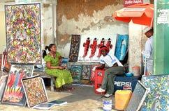 Afrikanska souvenir, konst shoppar utomhus, ljusa målningar säljer, dar Arkivfoton