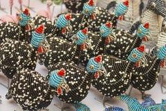 Afrikanska traditionella handgjorda färgrika fåglar för djur för pärltrådleksaker Fotografering för Bildbyråer