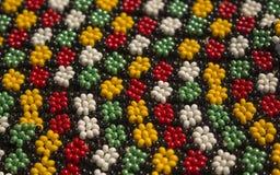 Afrikanska traditionella handgjorda färgrika pärlarmband, halsband Royaltyfri Fotografi