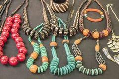 Afrikanska traditionella handgjorda ljusa färgrika pärlarmband, halsband, hängear Arkivfoton