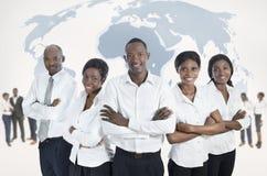 Afrikanskt affärslag med världskartan royaltyfri bild