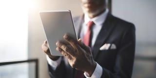 Afrikanskt affärsmanUsing Digital Tablet begrepp arkivbilder