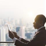 Afrikanskt affärsmanUsing Digital Tablet begrepp royaltyfria foton