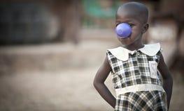 Afrikanskt barn i Uganda som poserar för kameran Fotografering för Bildbyråer