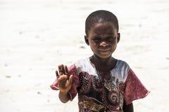 Afrikanskt barn på stranden i den Zanzibar ön Arkivfoton