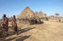 Afrikanskt folk i byn Royaltyfria Bilder