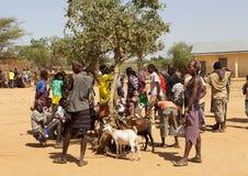 Afrikanskt folk på marknaden royaltyfria bilder