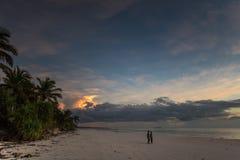 Afrikanskt folk på solnedgången på stranden i den Zanzibar ön Arkivbild