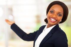 Afrikanskt framlägga för affärskvinna Royaltyfri Fotografi
