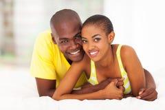 Afrikanskt koppla av för par royaltyfria foton