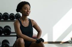 Afrikanskt kvinnasammanträde i en idrottshall arkivfoto