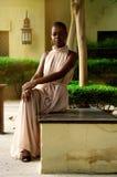 Afrikanskt kvinnasammanträde på bänken Royaltyfri Bild