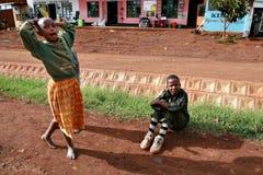 Afrikanskt spela för barn som är utomhus-, i en liten tanzanisk stad Arkivfoton