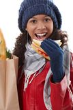 Χειμερινό πορτρέτο της γυναίκας afro με το σάντουιτς Στοκ φωτογραφία με δικαίωμα ελεύθερης χρήσης
