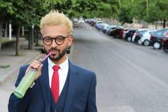 Afro affärsman för höft som dricker det fria för en sodavatten royaltyfri fotografi