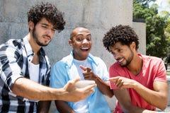Afro-américain de Groupon un film de observation d'homme caucasien de hippie Images libres de droits