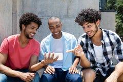Afro-américain de Groupon un sport de observation d'homme caucasien de hippie Photos libres de droits