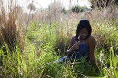 Afro-américain de l'adolescence à l'extérieur photographie stock libre de droits