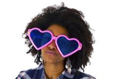 Afro-américain drôle avec les lunettes de soleil roses Photo libre de droits