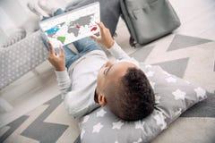 Afro americam chłopiec studiowania geografia Zdjęcie Stock