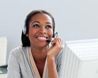 Afro-american affärskvinna genom att använda hörlurar med mikrofon Royaltyfria Foton