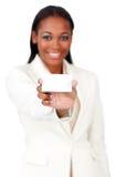 Afro-american affärskvinna som rymmer ett vitt kort Arkivbilder