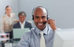 Afro-american affärsman med hörlurar med mikrofon Royaltyfria Bilder