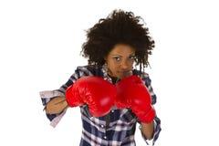 Afro american för kvinnlig med röda boxninghandskar Arkivfoto