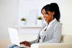 Afro-american kvinna som använder bärbar dator Fotografering för Bildbyråer