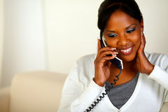 Afro-american kvinna som samtalar på telefonen Arkivbild