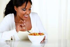 Afro-american kvinnlig som äter en bunke av sädesslag Royaltyfri Bild