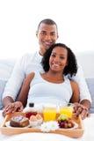Afro-american par som har frukosten Arkivfoton