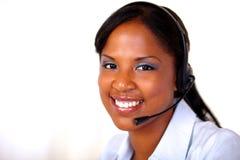 Afro-american receptionist som ser dig Arkivbild