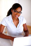 Afro-american sekreterare som ser dig Arkivbild