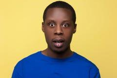Afro-americano surpreendido Emoção da surpresa Fotos de Stock Royalty Free
