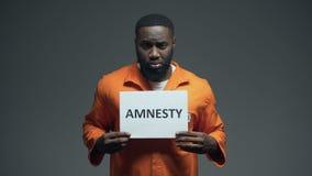 Afro-Amerikaans de Amnestieteken van de gevangeneholding, die om hulp, rechten van de mens vragen stock video