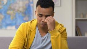 Afro-Amerikaans die tienergevoel met de favoriete verliezende beslissingsmatches van het sportenteam wordt verstoord stock video