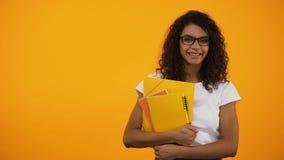 Afro-Amerikaans meisje die zich met boeken, internationale studentenuitwisselingsprogramma's bevinden stock videobeelden
