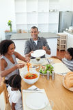 Afro-Amerikaanse familie die samen dineert Royalty-vrije Stock Foto's