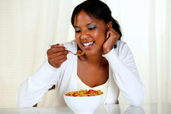 Afro-Amerikaanse jonge vrouw die een kom graangewassen eet Stock Foto