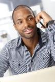 Afro-Amerikaanse kerel die op cellphone spreekt royalty-vrije stock foto
