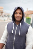 Afro-Amerikaanse kerel met een kap op de straat Stock Foto's