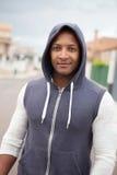 Afro-Amerikaanse kerel met een kap op de straat Stock Afbeelding