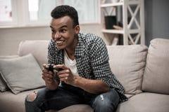 Afro Amerikaanse kerel thuis royalty-vrije stock afbeeldingen