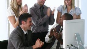 Afro-Amerikaanse manager die aan zijn team een project verklaren stock footage