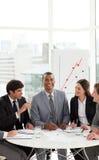 Afro-Amerikaanse manager in een vergadering met zijn team royalty-vrije stock afbeeldingen