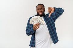 Afro Amerikaanse mens die één dollar over geïsoleerde die achtergrond houden met hand op hoofd wordt beklemtoond, met schande wor stock afbeeldingen