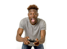 Afro Amerikaanse mens die ver controlemechanisme het spelen videospelletje Ha gebruiken Stock Afbeeldingen