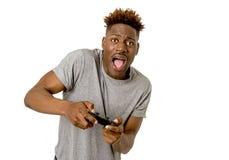 Afro Amerikaanse mens die ver controlemechanisme het spelen videospelletje Ha gebruiken Royalty-vrije Stock Afbeeldingen